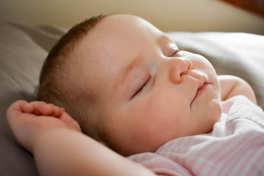 ein baby schreit wenn es müde ist