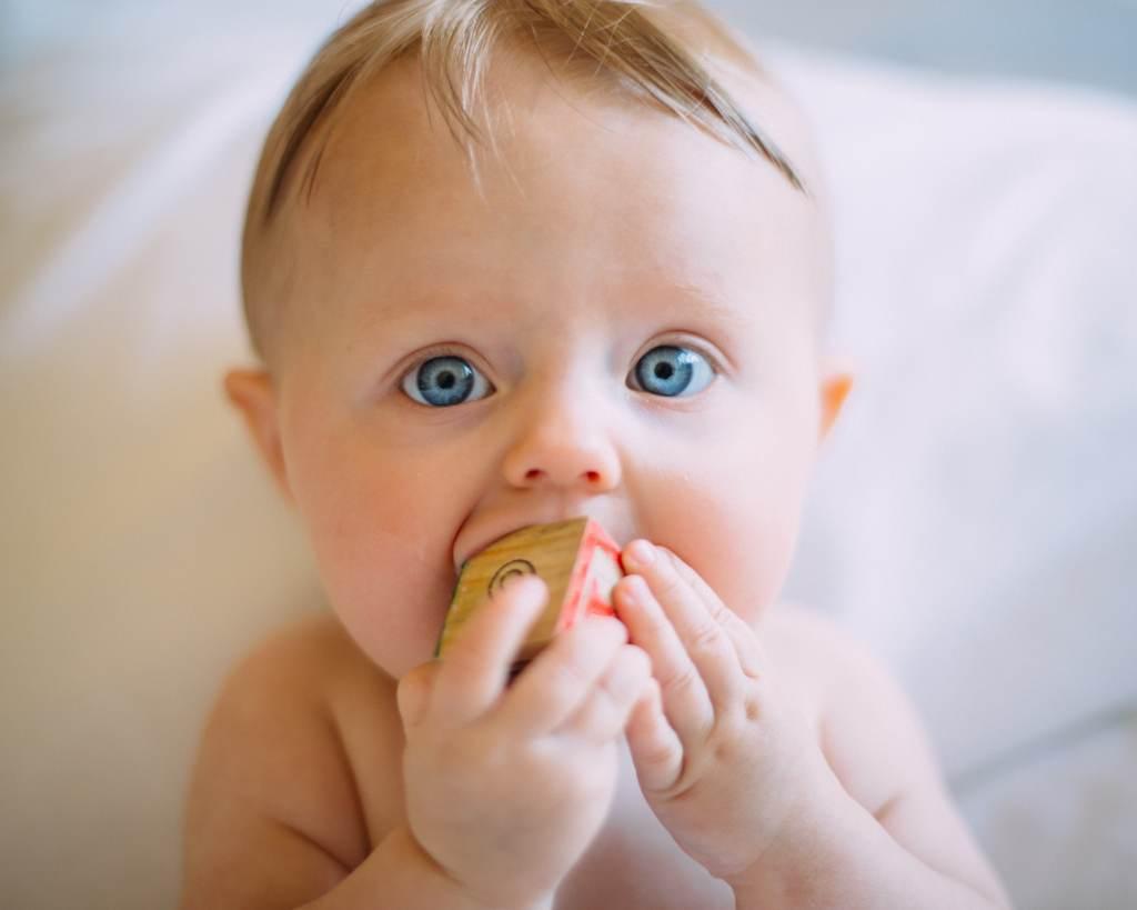 ein baby schreit, wenn ihm langweilig ist