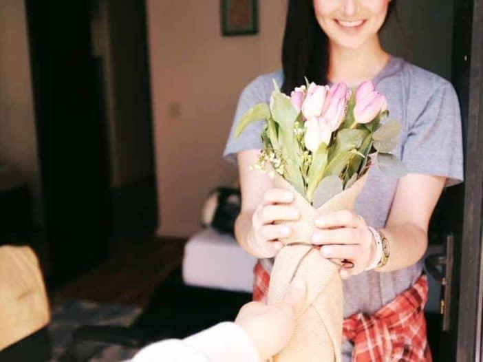 Frau seiner Ehemann Geschenk schenkt ein Ein Ehemann