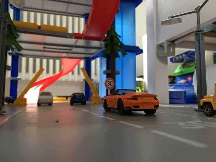 SIKU World Porsche Turbo fährt ins Parkhaus ein