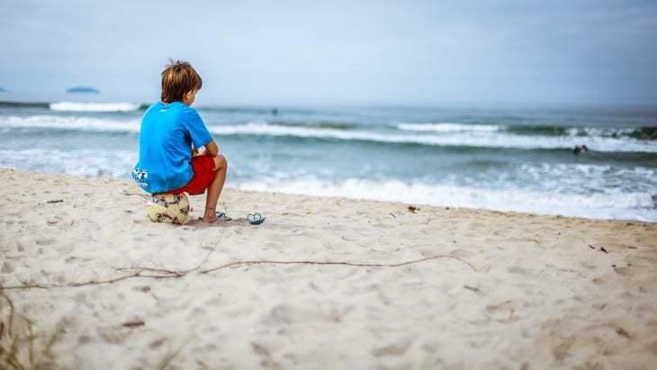 kinder fussball am strand