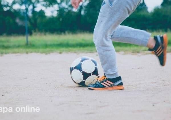 kinder fussball kicken