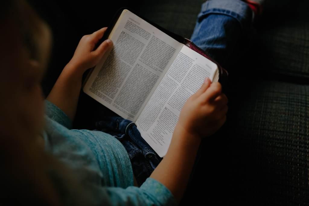 Gemeinsam bücher lesen und als Familie zeit für einander haben