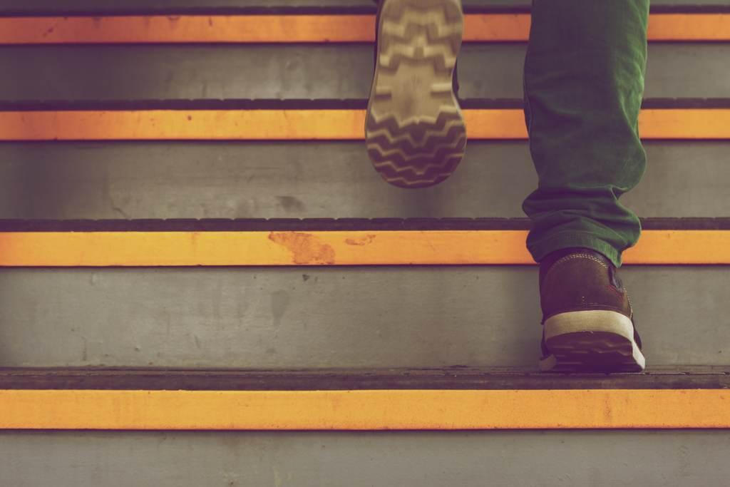 Mann geht die Treppe hoch - als Analogie für die schrittweise Umsetzung der Vereinbarkeit von Familie und Beruf als Vater