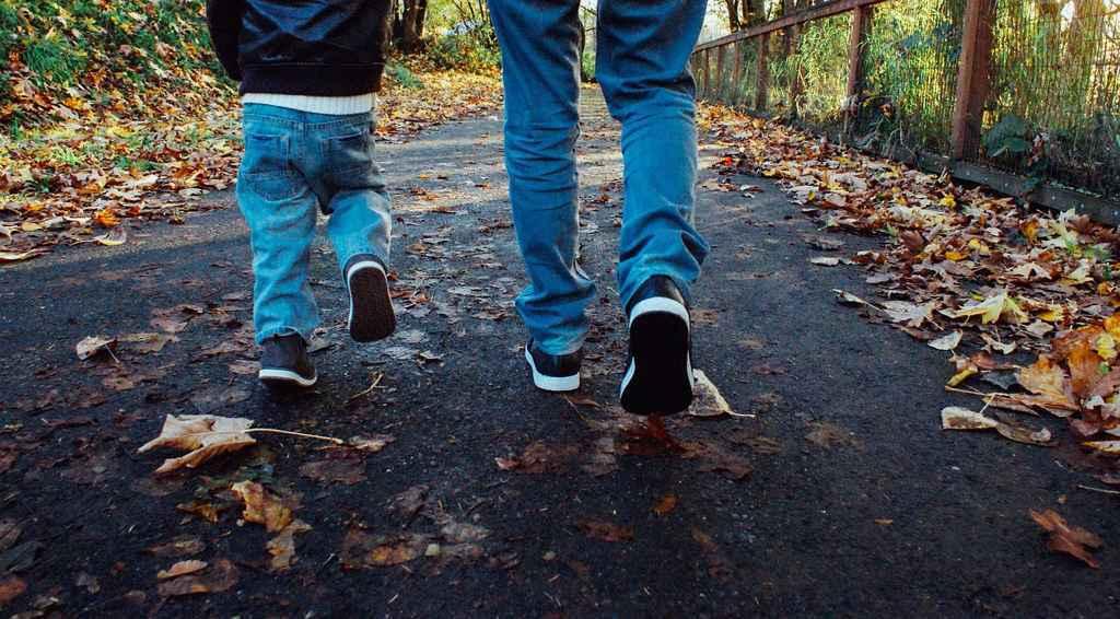Bei gemeinsamen Spaziergängen als familie zeit für gespräche haben