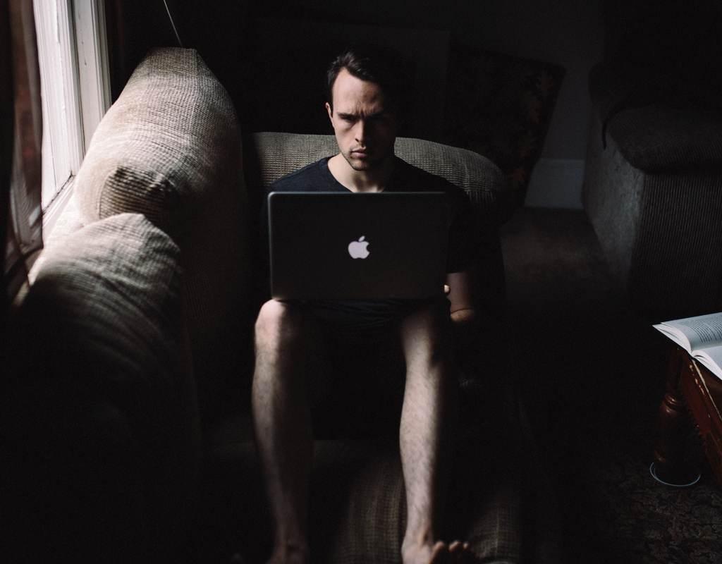 mann sitzt am Computer um darzustellen, dass Vereinbarkeit von Familie und Beruf als Vater nichts hilft, wenn Du die Zeit nicht gut nutzt