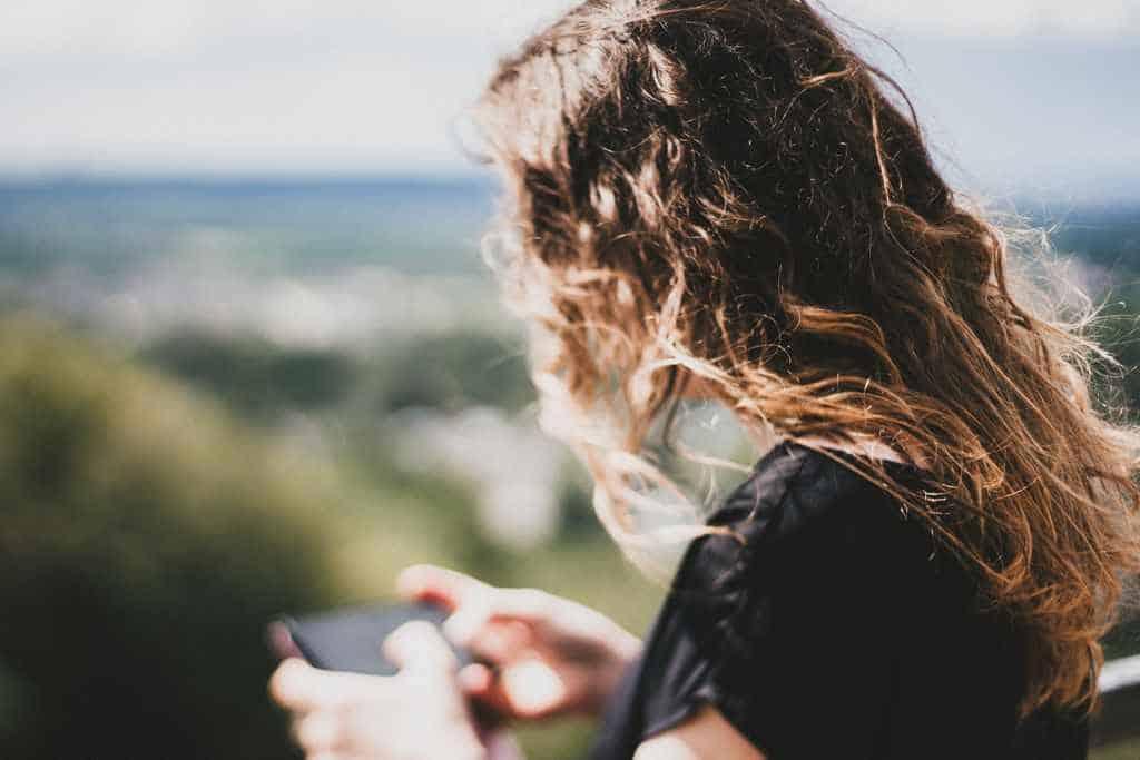 mädchen schreibt nachricht auf smartphone