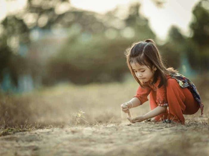 kind spielt und lernt selbständig zu sein